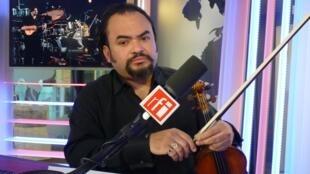 lexis Cárdenas en los estudios de RFI