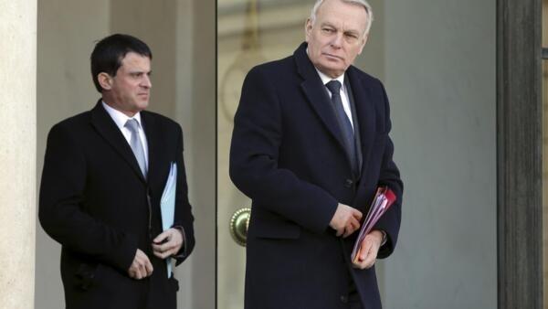 Le Premier ministre Jean-Marc Ayrault  (D) et le ministre de l'Intérieur Manuel Valls quittant l'Elysée le 14 janvier 2013.