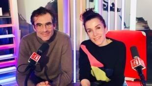 La dessinatrice Coco et l'écrivain Raphaël Enthoven en studio à RFI (novembre 2019).
