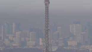 Pour la quatrième fois en 20 ans, les autorités françaises ont imposé un dispositif de circulation alternée à Paris et sa banlieue pour tenter de lutter contre la pollution.