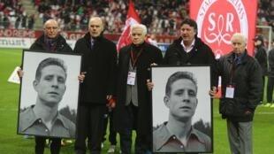 D'anciens joueurs du Stade de Reims rendent hommage à Raymond Kopa, légende du football, décédé en mars 2017.