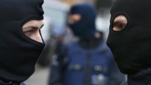 Policias no bairro de Molenbeek, onde Salah Abdeslam foi preso no dia 18 de março de 2016..
