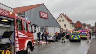 В немецком городе Фолькмарзене автомобиль въехал в участников карнавала.