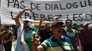 Тысячи человек вышли на улицы Алжира в 57-ю годовщину независимости страны