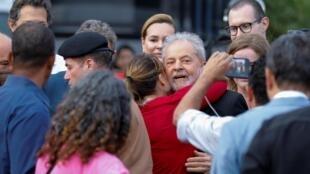 Lula da Silva con sus seguidores tras salir de la cárcel. Curitiva, Brasil, 8 de noviembre de 2019.