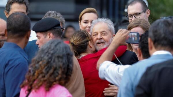O ex-presidente Lula recebe apoio de militantes ao deixar a sede da PF em Curitiba. Em 8 de novembro de 2019.