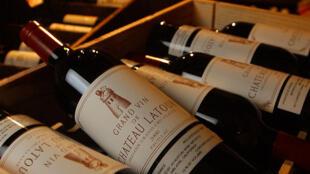 Những chai rượu vang Pháp được bày bán trong một cửa hàng tại West Hollywood, Los Angeles, Hoa Kỳ.