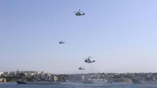 Российские вертолеты в Севастополе в день ВМФ 26 июля 2015 года