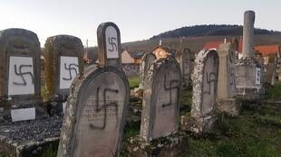 Cemitério judeu de Westhoffen, na Alsácia, profanado com suásticas nazistas em 3 de dezembro de 2019.