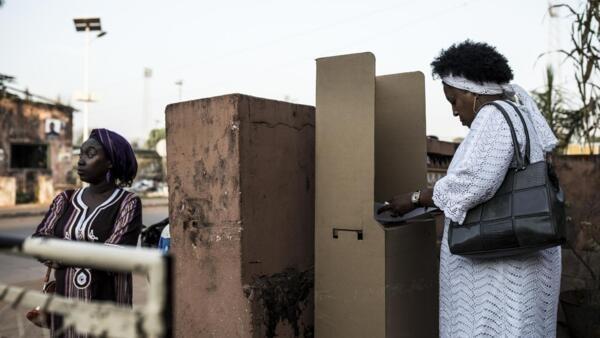 Uma eleitora a votar em Bissau na primeira volta de 24 de Novembro de 2019.