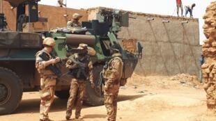 Une patrouille mixte de la force française Barkhane et des Fama, l'armée malienne, dans les rues de Ménaka (illustration).