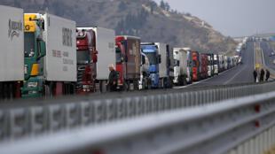 Une fil d'attente immense de poids lourds près de la frontière entre la Bulgarie et la Grèce.