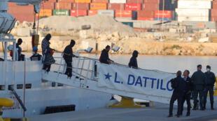 Os primeiros imigrantes desembarcaram do navio italiano Dattilo, neste domingo de manhã