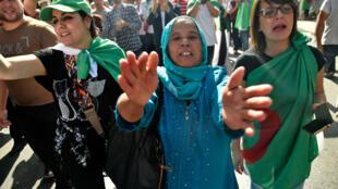 Des femmes prennent part aux manifestations contre le gouvernement algérien, le 11 octobre 2019.
