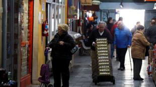 Des gens font leurs achats dans un marché local, à Buenos Aires, en Argentine, le 23 août 2019.