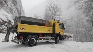 Neve bloqueou estradas e prejudicou a circulação nas estradas do sudeste da França neste domingo (3).