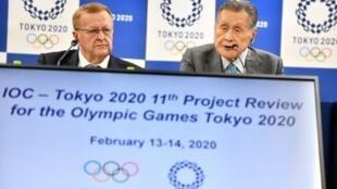 John Coates, presidente del comité de coordinación del COI (izq), y Yoshiro Mori, presidente de los Juegos Olímpicos de Tokio-2020, en una rueda de prensa en la capital japonesa el 14 de febrero de 2020