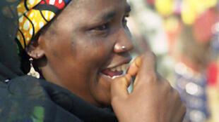 Wata mata a kasar Hausa tana cizon hannu