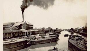 Ông khói của một xưởng xay xát gạo được xây bên bờ rạch Chợ Lớn trong những năm 1910. Ảnh trích từ http://www.space-in-asia.net/arroyo-chinois/