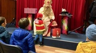 Miklavž, como é conhecido o São Nicolau na Eslovênia, distribui presentes para crianças em Bled, Eslovênia.
