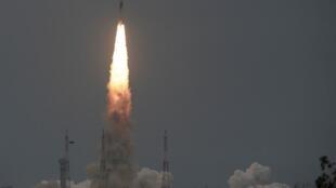 L'Institut indien de recherche spatiale lance le Chandrayaan-2 avec à son bord le satellite Geosynchronous. Le 22 juillet 2019.