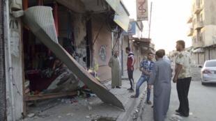 Lojas destruídas por bombardeios com mísseis Tomahawk em Raqqa, alvo dos bombardeios americanos e de aliados árabes.
