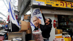 Afiche electoral de Benjamin Netanyahu, candidato del derechista Likud, en Jerusalén, este 8 de abril de 2019.