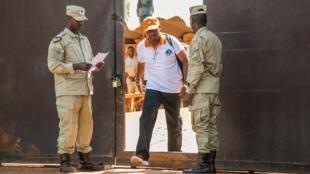 Le chanteur rwandais Kizito Mihigo quitte la prison de Nyarugenge, dans la banlieue de Kigali, le 15 septembre 2018.