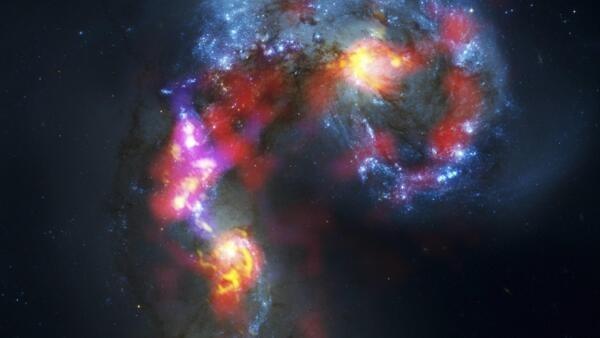 Imagem das Galáxias Antennae captada pelas parabólicas do telescópio ALMA, no Chile.