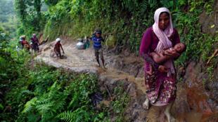 Người Rohingya trên đường vượt biên qua Bangladesh lánh nạn tại điểm biên giới Cox Bazar bên Bangladesh ngày 08/09/2017.