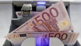 Na última sexta-feira, o euro atingiu seu mais baixo valor nos últimos seis meses.