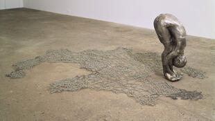 Kiki Smith : « Untitled III (Upside-Down Body with Beads), 1993. Photo: Ellen Page Wilson.