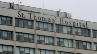 Vue extérieure du St Thomas' Hospital où le Premier ministre Boris Johnson a été admis dimanche soir pour des examens.