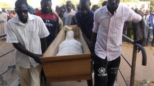 Inhumation d'une des victimes de la tuerie du 6 janvier 2018 en Casamance, au Sénégal.