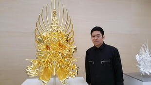 Kohei Nawa avec son oeuvre Throne.