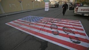 Cờ Mỹ bị giẫm đạp ngay trươc sứ quán Hoa Kỳ ở thủ đô Bagdad, Irak, ngày 03/01/2020.