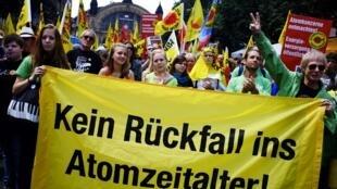Milhares de pessoas participaram de protestos neste sábado(28) em 21 cidades da Alemanha exigindo que o governo acelerasse o processo de abandono da energia nuclear.
