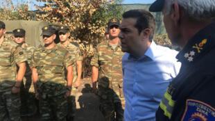 Премьер-министр Алексис Ципрас впервые посетил места масштабных лесных пожаров в окрестностях Афин
