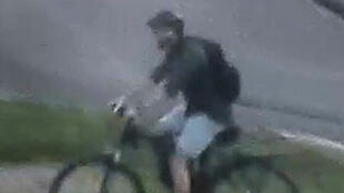 Depois de deixar um pacote-bomba em uma rua movimentada de Lyon, agressor deixou o local em uma bicicleta. Imagem das câmeras de segurança de Lyon.