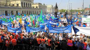 Đoàn người biểu tình tập trung trước cửa tòa thị chính Vacxava, Ba Lan.