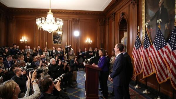 """No púlpito, Nancy Pelosi anuncia as duas acusações contra Donald Trump no processo de """"impeachment"""" em 10 de dezembro de 2019."""
