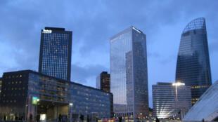 O bairro de La Défense, na periferia oeste de Paris, onde se situam as sedes de muitas grandes empresas francesas e internacionais.