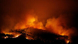 O incêndio florestal continua a se alastrar na região de Pedrógão Grande, a 200 km ao nordeste de Lisboa.