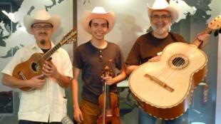 Los componentes del trío Gorrión Serrano en los estudios de RFI
