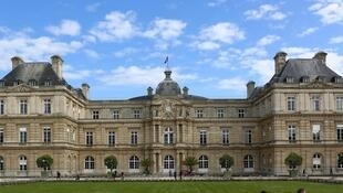 Déjà adoptée par l'Assemblée nationale, le Sénat a voté samedi une mesure visant à imposer aux dirigeants d'entreprises françaises d'être domiciliés fiscalement en France dès 250 millions d'euros de chiffre d'affaires.