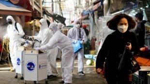 Nhân viên y tế phun thuốc tẩy khử trùng tại một khu chợ ở Seoul, Hàn Quốc, ngày 26/02/2020