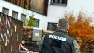 Un policía participa en una investigación sobre un grupo de extrema derecha el 19 de octubre de 2016 en Georgensgmuend, en el sur de Alemania