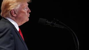 """O presidente Donald Trump defende uma política protecionista através de seu slogan """"American First""""."""