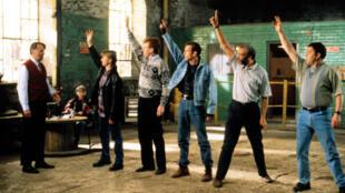 """Cena do filme britânico """"The Full Monty"""", intitulado no Brasil """"Ou Tudo ou Nada"""", de 1997."""