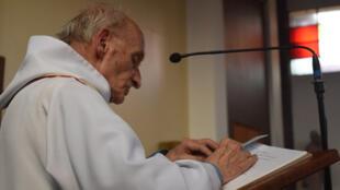 85-летний отец Жак Амель был зарезан джихадистами во время мессы на алтаре церкви Сент-Этьен-дю-Рувре 26 июля 2016 года